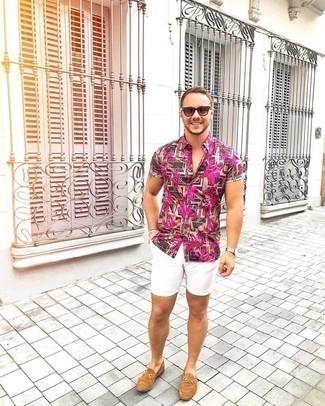 Shorts kombinieren – 1200+ Herren Outfits: Entscheiden Sie sich für ein dunkelbraunes Kurzarmhemd mit Blumenmuster und Shorts für ein Alltagsoutfit, das Charakter und Persönlichkeit ausstrahlt. Fühlen Sie sich mutig? Ergänzen Sie Ihr Outfit mit beige Wildleder Slippern.
