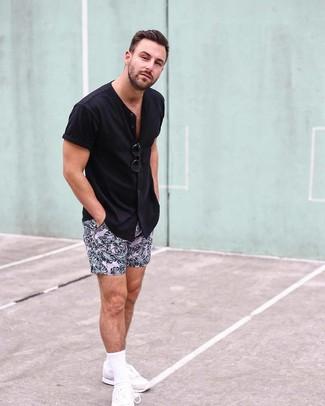 Wie kombinieren: schwarzes Kurzarmhemd, rosa bedruckte Shorts, weiße Sportschuhe, schwarze Sonnenbrille