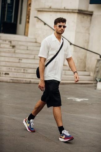 Braune Sonnenbrille kombinieren: trends 2020: Kombinieren Sie ein weißes Kurzarmhemd mit einer braunen Sonnenbrille für einen entspannten Wochenend-Look. Mehrfarbige Sportschuhe fügen sich nahtlos in einer Vielzahl von Outfits ein.