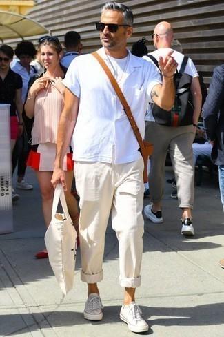 Hellbeige Cargohose kombinieren: trends 2020: Vereinigen Sie ein weißes Kurzarmhemd mit einer hellbeige Cargohose für ein großartiges Wochenend-Outfit. Weiße Segeltuch niedrige Sneakers sind eine perfekte Wahl, um dieses Outfit zu vervollständigen.