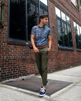 Wie kombinieren: blaues bedrucktes Kurzarmhemd, dunkelblaues und weißes horizontal gestreiftes T-Shirt mit einem Rundhalsausschnitt, olivgrüne Chinohose, dunkelblaue Segeltuch niedrige Sneakers