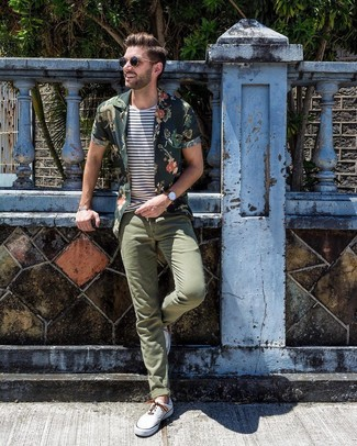 Wie kombinieren: dunkelgrünes Kurzarmhemd mit Blumenmuster, weißes und dunkelblaues horizontal gestreiftes T-Shirt mit einem Rundhalsausschnitt, olivgrüne Chinohose, weiße Segeltuch niedrige Sneakers