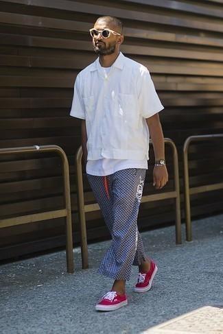 Dunkelblaue bedruckte Chinohose kombinieren: trends 2020: Vereinigen Sie ein weißes Kurzarmhemd mit einer dunkelblauen bedruckten Chinohose für ein sonntägliches Mittagessen mit Freunden. Fuchsia Segeltuch niedrige Sneakers sind eine gute Wahl, um dieses Outfit zu vervollständigen.