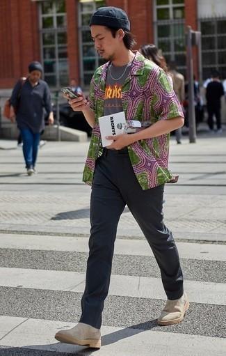Graues bedrucktes T-Shirt mit einem Rundhalsausschnitt kombinieren: trends 2020: Vereinigen Sie ein graues bedrucktes T-Shirt mit einem Rundhalsausschnitt mit einer dunkelgrauen Chinohose für ein Alltagsoutfit, das Charakter und Persönlichkeit ausstrahlt. Vervollständigen Sie Ihr Outfit mit hellbeige Chelsea Boots aus Wildleder, um Ihr Modebewusstsein zu zeigen.