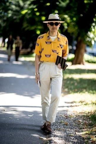 Schuhe kombinieren: trends 2020: Kombinieren Sie ein gelbes bedrucktes Kurzarmhemd mit einer weißen Chinohose für ein bequemes Outfit, das außerdem gut zusammen passt. Wählen Sie dunkelbraunen Wildleder Slipper, um Ihr Modebewusstsein zu zeigen.