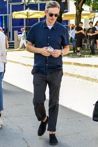 Schwarze Chukka-Stiefel aus Wildleder kombinieren: trends 2020: Kombinieren Sie ein dunkelblaues Kurzarmhemd mit einer dunkelgrauen Chinohose für ein bequemes Outfit, das außerdem gut zusammen passt. Schwarze Chukka-Stiefel aus Wildleder sind eine ideale Wahl, um dieses Outfit zu vervollständigen.