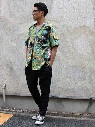 Schwarze und weiße hohe Sneakers aus Segeltuch kombinieren: trends 2020: Paaren Sie ein mehrfarbiges Kurzarmhemd mit Blumenmuster mit einer schwarzen Chinohose für einen bequemen Alltags-Look. Fühlen Sie sich mutig? Entscheiden Sie sich für schwarzen und weißen hohe Sneakers aus Segeltuch.
