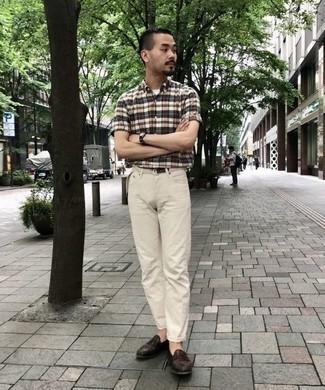 Herren Outfits & Modetrends 2020: Arbeitsreiche Tage verlangen nach einem einfachen, aber dennoch stylischen Outfit, wie zum Beispiel ein beige Kurzarmhemd mit Schottenmuster und eine hellbeige Chinohose. Dunkelbraune Leder Slipper putzen umgehend selbst den bequemsten Look heraus.
