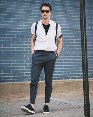 Schwarzes T-Shirt mit einem Rundhalsausschnitt kombinieren: trends 2020: Tragen Sie ein schwarzes T-Shirt mit einem Rundhalsausschnitt und eine dunkelblaue Chinohose, um mühelos alles zu meistern, was auch immer der Tag bringen mag. Schwarze Segeltuch niedrige Sneakers sind eine ideale Wahl, um dieses Outfit zu vervollständigen.