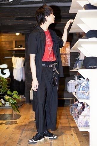 Schwarze Leder niedrige Sneakers kombinieren – 294 Herren Outfits: Kombinieren Sie ein dunkelblaues Kurzarmhemd mit einer dunkelblauen Chinohose, um einen lockeren, aber dennoch stylischen Look zu erhalten. Schwarze Leder niedrige Sneakers sind eine kluge Wahl, um dieses Outfit zu vervollständigen.