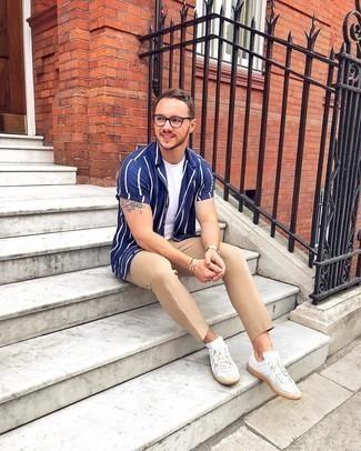 Weiße Leder niedrige Sneakers kombinieren – 500+ Casual Herren Outfits: Paaren Sie ein dunkelblaues und weißes vertikal gestreiftes Kurzarmhemd mit einer beige Chinohose für ein Alltagsoutfit, das Charakter und Persönlichkeit ausstrahlt. Vervollständigen Sie Ihr Look mit weißen Leder niedrigen Sneakers.