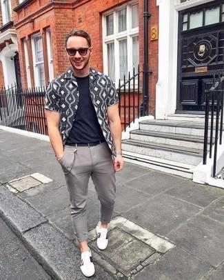 Herren Outfits 2020: Kombinieren Sie ein dunkelgraues bedrucktes Kurzarmhemd mit einer grauen Chinohose für ein Alltagsoutfit, das Charakter und Persönlichkeit ausstrahlt. Weiße bedruckte Leder niedrige Sneakers sind eine großartige Wahl, um dieses Outfit zu vervollständigen.