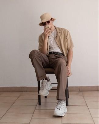 Fischerhut kombinieren – 254 Herren Outfits: Für ein bequemes Couch-Outfit, kombinieren Sie ein beige Kurzarmhemd mit einem Fischerhut. Dieses Outfit passt hervorragend zusammen mit weißen Sportschuhen.