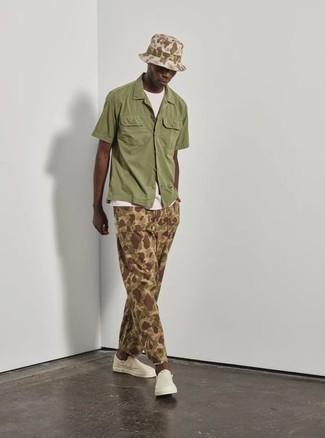 Turnschuhe kombinieren – 500+ Herren Outfits: Tragen Sie ein olivgrünes Kurzarmhemd und eine beige Camouflage Chinohose für ein bequemes Outfit, das außerdem gut zusammen passt. Bringen Sie die Dinge durcheinander, indem Sie Turnschuhe mit diesem Outfit tragen.