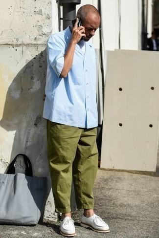 Herren Outfits 2021: Paaren Sie ein hellblaues Kurzarmhemd mit einer olivgrünen Chinohose, um einen lockeren, aber dennoch stylischen Look zu erhalten. Komplettieren Sie Ihr Outfit mit weißen Chukka-Stiefeln aus Segeltuch.