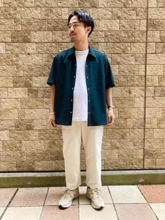 Dunkelblaues Kurzarmhemd kombinieren – 600+ Herren Outfits: Erwägen Sie das Tragen von einem dunkelblauen Kurzarmhemd und einer hellbeige Chinohose für ein bequemes Outfit, das außerdem gut zusammen passt. Fühlen Sie sich mutig? Entscheiden Sie sich für hellbeige Sportschuhe.