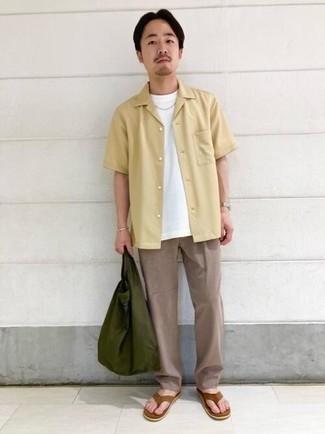 Zehensandalen kombinieren – 145 Herren Outfits: Entscheiden Sie sich für ein hellbeige Kurzarmhemd und eine beige Chinohose, um mühelos alles zu meistern, was auch immer der Tag bringen mag. Fühlen Sie sich ideenreich? Vervollständigen Sie Ihr Outfit mit Zehensandalen.
