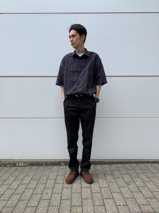 Dunkelblaues Kurzarmhemd kombinieren – 600+ Herren Outfits: Vereinigen Sie ein dunkelblaues Kurzarmhemd mit einer schwarzen Chinohose, um mühelos alles zu meistern, was auch immer der Tag bringen mag. Fühlen Sie sich ideenreich? Komplettieren Sie Ihr Outfit mit braunen Wildleder Derby Schuhen.