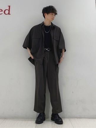 Dunkelgraue Chinohose kombinieren – 500+ Herbst Herren Outfits: Entscheiden Sie sich für ein dunkelgraues Kurzarmhemd und eine dunkelgraue Chinohose für ein bequemes Outfit, das außerdem gut zusammen passt. Dieses Outfit passt hervorragend zusammen mit schwarzen Chukka-Stiefeln aus Leder. So einfach kann ein stylisches Herbst-Outfit sein.