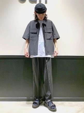 Dunkelgraue Mütze kombinieren – 500+ Herren Outfits: Für ein bequemes Couch-Outfit, vereinigen Sie ein dunkelgraues Kurzarmhemd mit einer dunkelgrauen Mütze. Wenn Sie nicht durch und durch formal auftreten möchten, komplettieren Sie Ihr Outfit mit dunkelgrauen Segeltuchsandalen.