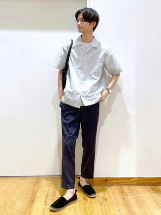 Schwarze Shopper Tasche aus Leder kombinieren – 212 Herren Outfits: Kombinieren Sie ein graues Kurzarmhemd mit einer schwarzen Shopper Tasche aus Leder für einen entspannten Wochenend-Look. Entscheiden Sie sich für schwarzen Segeltuch Espadrilles, um Ihr Modebewusstsein zu zeigen.