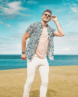 Wie kombinieren: dunkeltürkises Kurzarmhemd mit Blumenmuster, hellbeige T-Shirt mit einem Rundhalsausschnitt, weiße enge Jeans, braune Sonnenbrille
