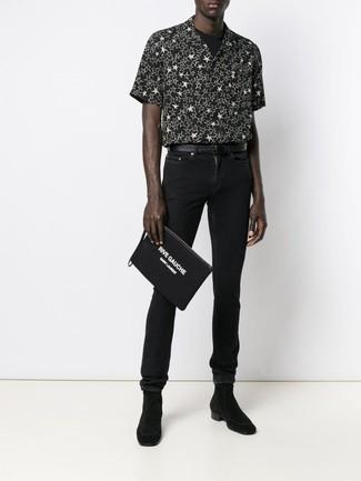 Wie kombinieren: schwarzes und weißes Kurzarmhemd mit Sternenmuster, schwarzes T-Shirt mit einem Rundhalsausschnitt, schwarze enge Jeans, schwarze Chelsea-Stiefel aus Wildleder