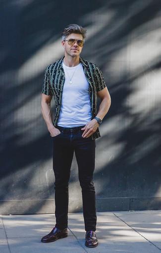 Dunkelrote Leder Slipper kombinieren: trends 2020: Entscheiden Sie sich für ein dunkelblaues bedrucktes Kurzarmhemd und dunkelblauen Jeans für einen bequemen Alltags-Look. Machen Sie Ihr Outfit mit dunkelroten Leder Slippern eleganter.