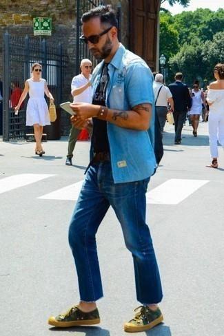 Braunes Lederarmband kombinieren: trends 2020: Kombinieren Sie ein hellblaues Chambray Kurzarmhemd mit einem braunen Lederarmband für einen entspannten Wochenend-Look. Olivgrüne Camouflage Segeltuch niedrige Sneakers bringen Eleganz zu einem ansonsten schlichten Look.