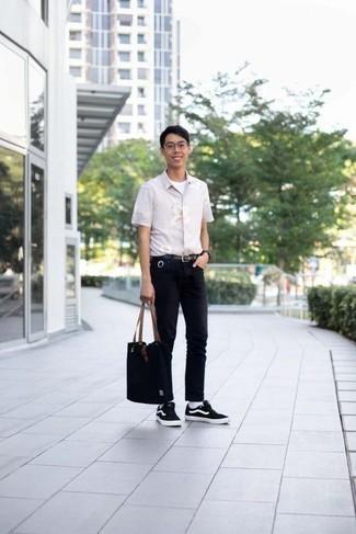 Weißes T-Shirt mit einem Rundhalsausschnitt kombinieren: trends 2020: Vereinigen Sie ein weißes T-Shirt mit einem Rundhalsausschnitt mit schwarzen Jeans, um einen lockeren, aber dennoch stylischen Look zu erhalten. Schwarze und weiße Segeltuch niedrige Sneakers sind eine ideale Wahl, um dieses Outfit zu vervollständigen.