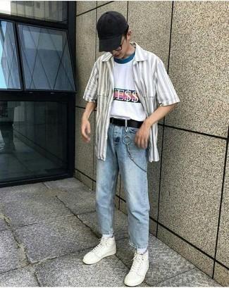 Gürtel kombinieren – 500+ Herren Outfits: Ein graues vertikal gestreiftes Kurzarmhemd und ein Gürtel sind eine kluge Outfit-Formel für Ihre Sammlung. Fühlen Sie sich mutig? Wählen Sie weißen hohe Sneakers aus Leder.