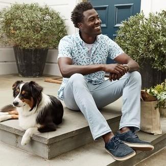 Herren Outfits 2021: Tragen Sie ein weißes bedrucktes Kurzarmhemd und hellblauen Jeans für ein Alltagsoutfit, das Charakter und Persönlichkeit ausstrahlt. Setzen Sie bei den Schuhen auf die klassische Variante mit dunkelblauen geflochtenen Wildleder Derby Schuhen.