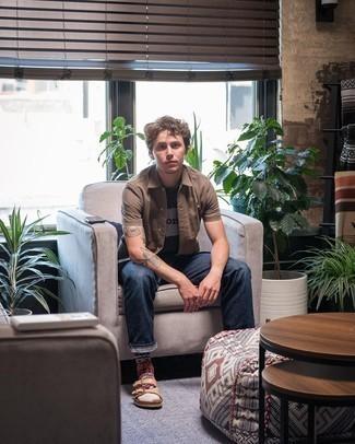 Schwarzes bedrucktes T-Shirt mit einem Rundhalsausschnitt kombinieren – 447 Herren Outfits: Für ein bequemes Couch-Outfit, kombinieren Sie ein schwarzes bedrucktes T-Shirt mit einem Rundhalsausschnitt mit dunkelblauen Jeans. Fühlen Sie sich mutig? Entscheiden Sie sich für beige Ledersandalen.