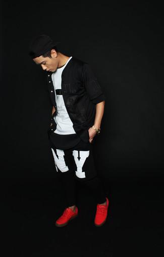 Wie kombinieren: schwarzes Kurzarmhemd, weißes und schwarzes T-Shirt mit einem Rundhalsausschnitt, schwarze und weiße bedruckte Jogginghose, rote niedrige Sneakers