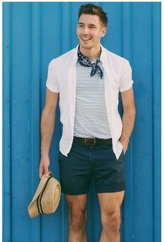 Wie kombinieren: weißes Kurzarmhemd, weißes und dunkelblaues horizontal gestreiftes T-Shirt mit einem Rundhalsausschnitt, schwarze Shorts, hellbeige Strohhut