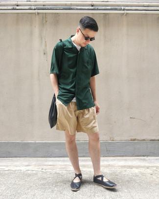 Wie kombinieren: dunkelgrünes Kurzarmhemd, weißes T-Shirt mit einem Rundhalsausschnitt, beige Shorts, schwarze Leder Slipper