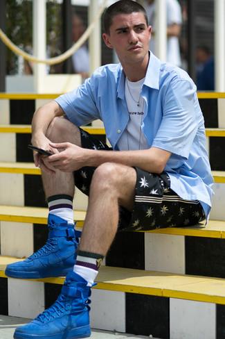 Wie kombinieren: hellblaues Kurzarmhemd, weißes und schwarzes bedrucktes T-Shirt mit einem Rundhalsausschnitt, schwarze bedruckte Shorts, blaue hohe Sneakers aus Wildleder