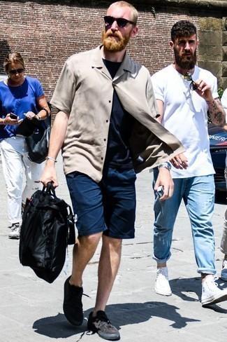 Dunkelblaues T-Shirt mit einem Rundhalsausschnitt kombinieren: trends 2020: Paaren Sie ein dunkelblaues T-Shirt mit einem Rundhalsausschnitt mit dunkelblauen Shorts, um mühelos alles zu meistern, was auch immer der Tag bringen mag. Schwarze Wildleder niedrige Sneakers sind eine kluge Wahl, um dieses Outfit zu vervollständigen.