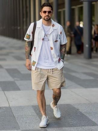 Shorts kombinieren – 500+ Herren Outfits: Kombinieren Sie ein weißes bedrucktes Kurzarmhemd mit Shorts für ein Alltagsoutfit, das Charakter und Persönlichkeit ausstrahlt. Wenn Sie nicht durch und durch formal auftreten möchten, ergänzen Sie Ihr Outfit mit weißen Sportschuhen.