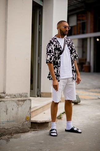 30 Jährige: Outfits Herren 2021: Entscheiden Sie sich für ein weißes T-Shirt mit einem Rundhalsausschnitt für einen entspannten Wochenend-Look.