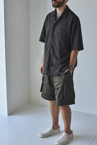 Shorts kombinieren – 500+ Herren Outfits: Kombinieren Sie ein schwarzes Kurzarmhemd mit Shorts für ein sonntägliches Mittagessen mit Freunden. Ergänzen Sie Ihr Look mit weißen Slip-On Sneakers aus Segeltuch.