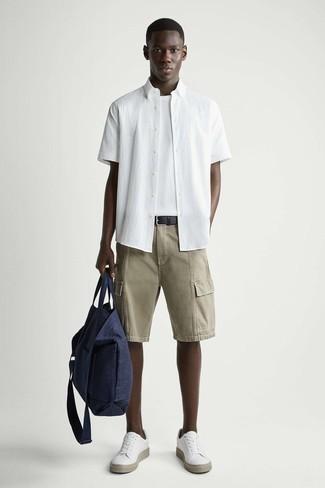Dunkelblaue Shopper Tasche aus Segeltuch kombinieren – 247 Herren Outfits: Für ein bequemes Couch-Outfit, kombinieren Sie ein weißes Kurzarmhemd mit einer dunkelblauen Shopper Tasche aus Segeltuch. Fühlen Sie sich ideenreich? Ergänzen Sie Ihr Outfit mit weißen Leder niedrigen Sneakers.