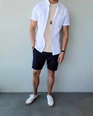Dunkelblaue Shorts kombinieren – 500+ Herren Outfits: Kombinieren Sie ein weißes Kurzarmhemd mit dunkelblauen Shorts für ein großartiges Wochenend-Outfit. Weiße Segeltuch niedrige Sneakers sind eine großartige Wahl, um dieses Outfit zu vervollständigen.