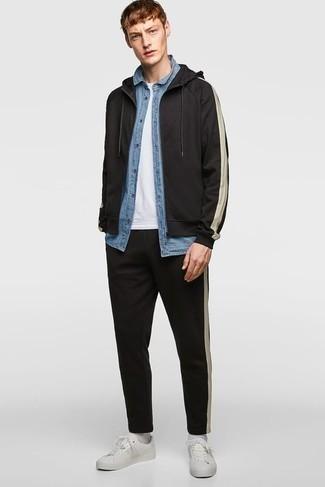 Trainingsanzug kombinieren – 93 Herren Outfits: Entscheiden Sie sich für Komfort in einem Trainingsanzug und einem hellblauen Chambray Kurzarmhemd. Fühlen Sie sich mutig? Komplettieren Sie Ihr Outfit mit weißen Leder niedrigen Sneakers.