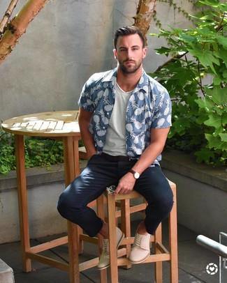 Wie kombinieren: blaues bedrucktes Kurzarmhemd, weißes T-Shirt mit einem V-Ausschnitt, dunkelblaue Chinohose, hellbeige Chukka-Stiefel aus Wildleder