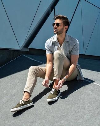 Wie kombinieren: graues Kurzarmhemd, weißes T-shirt mit einer Knopfleiste, hellbeige Chinohose, olivgrüne Segeltuch niedrige Sneakers