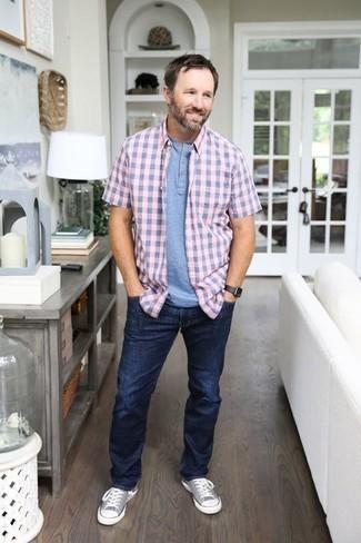 Herren Outfits & Modetrends 2020: Vereinigen Sie ein rosa Kurzarmhemd mit Vichy-Muster mit dunkelblauen Jeans für ein großartiges Wochenend-Outfit. Dieses Outfit passt hervorragend zusammen mit grauen Segeltuch niedrigen Sneakers.