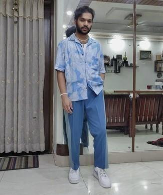 Blaue Anzughose kombinieren – 801+ Herren Outfits: Erwägen Sie das Tragen von einem hellblauen bedruckten Kurzarmhemd und einer blauen Anzughose für Drinks nach der Arbeit. Weiße Leder niedrige Sneakers leihen Originalität zu einem klassischen Look.