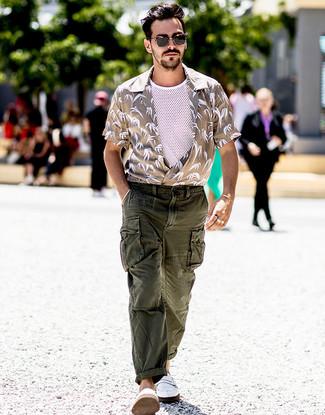 Wie kombinieren: hellbeige bedrucktes Kurzarmhemd, weißes Trägershirt aus Netzstoff, dunkelgrüne Cargohose, weiße Leder Slipper