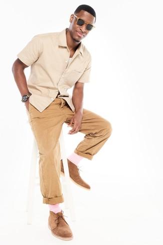 Wie kombinieren: hellbeige Kurzarmhemd, weißes Trägershirt, beige Chinohose, beige Chukka-Stiefel aus Wildleder